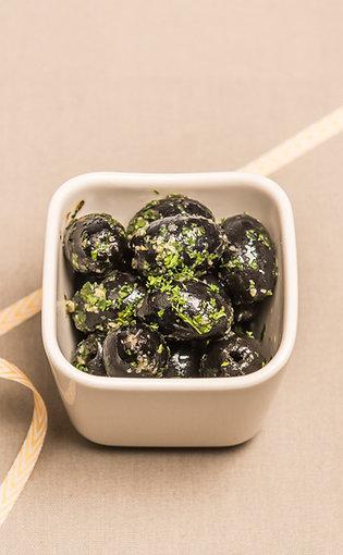 Schwarze Oliven mit Kräutern und Knoblauch