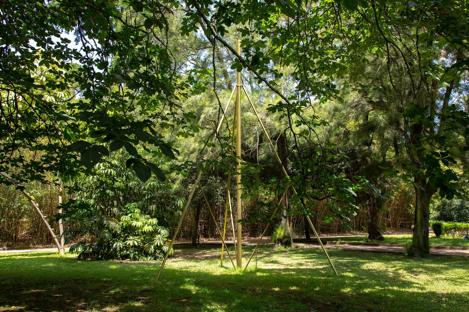 Estudos do Labirinto Jardim Botânico Tropical Nuno Vicente, Escultura para o fim do verão, 2018 Dispositivo escultórico em mediação com as águas pluviais de fim de verão. Para a celebração do fim do período seco e do odor à terra húmida