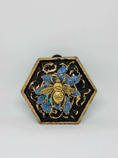 #9848 Gilt Frame with Grande Bee on Brooch