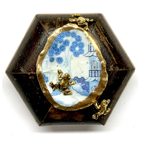 #9883 Burled Frame with Frogs on Oyster Shell