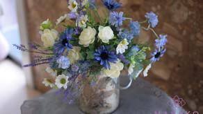趣味で楽しむフラワーレッスン、「アーティフィシャルフラワー」上級コースで「自然的な花束」を制作なさった ともこさんの作品をご紹介いたします。