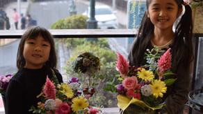 キッズフラワーレッスンにきさらちゃんとひなみちゃんが参加されました。作品テーマ「秋のフラワーアレンジメント」