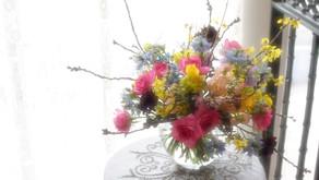 NFDフラワーデザイナー講師研究科コースで引き続き「ほぐれた装飾的花束」を受講された さとこさんの作品をご紹介します。