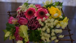 講師研究科コースに通われている紀子さんは小学校時代からの同級生ふみこさんをご紹介頂き体験レッスンで難易度の高い「木枠の花束」にチャレンジなさいました。
