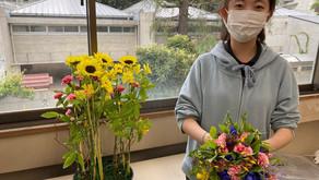 NFDフラワーデザイナー資格検定レッスン2級テーマ「並行-植生的」「モダン装飾的-花束」を受講なさったリョンアさんの作品をご紹介いたします。