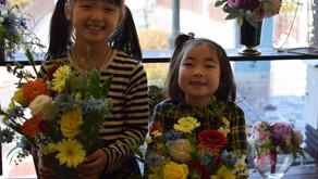 今回は春らしお花をたくさん使ってお母さまとご一緒にキッズフラワーレッスンに参加されたきさらちゃんとひなみちゃんの作品をご紹介いたします。