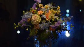 NFDフラワーデザイナー講師取得レッスンで「ほぐれた装飾的花束」を受講されたみゆきさんの作品をご紹介します。