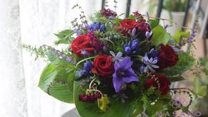 NFDフラワーデザイナー講師研究科コースで生花「ほぐれた花束」を受講なさいました、さとこさんの作品をご紹介いたします。