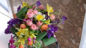 NFDフラワーデザイナー講師取得レッスン「ほぐれた装飾的花束」を受講なさいましたたえこさんの作品をご紹介します。