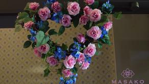 MASAKOフラワーデザイン趣味で楽しむフラワーレッスンアーティフィシャルフラワー上級コースを受講なさいました、ともこさんの作品「ミニバラの壁飾り」をご紹介いたします。
