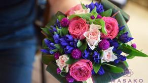 MASASKOフラワーデザインキッズフラワーレッスンでお父さまとご一緒に参加なさった、ことはちゃんの作品「花束」をご紹介いたします。