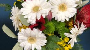 学生達のNFDフラワーデザイナ3級資格検定レッスン「丸い花束」をご紹介します。