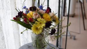 NFDフラワーデザイナー講師取得レッスンで「ほぐれた装飾的花束」を受講されたたえこさんの作品をご紹介します。