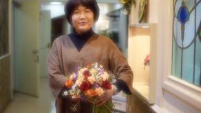 NFDフラワーデザイナー講師取得レッスン、「ほぐれた装飾的花束」再チャレンジなさった、みゆきさんの作品をご紹介します。