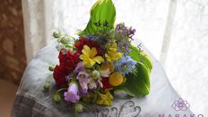 キッズフラワーレッスンで母の日のプレゼントで「円錐形の花束」を作成なさったあおいちゃんの作品をご紹介いたします。