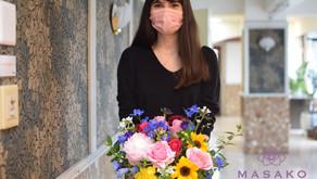 趣味で楽しむフラワーレッスンで「ファン」を制作なさいましたベティさんの作品をご紹介します。お花が大好きなベティさんはトルコ出身で現在、日本語学校にも通っていてコメントも文字も上手に書いて頂きました。