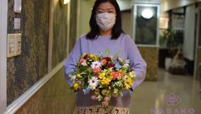 NFDフラワーデザイナー講師研究科コース、「ほぐれた装飾的ー花束」を受講なさった紀子さんの作品をご紹介いたします。