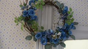 青いミニバラのリース