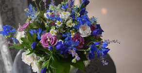 NFDフラワーデザイナー1級資格検定コース、試験出題テーマ①「ほぐれた装飾的-花束」、②「流れるような-ブーケ」まりさんの作品