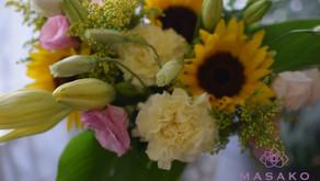 趣味で楽しむフラワーレッスンで生花の「花束」また当日体験レッスンができるアーティフィシャルフラワーで可愛い「ミニブーケ」を制作なさいましたふみこさんの作品2点をご紹介いたします。