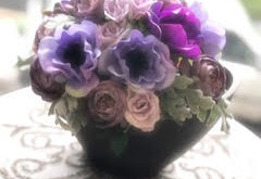 紫のアネモネのアレンジメント