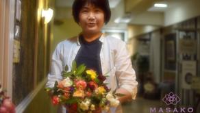 NFDフラワーデザイナー講師取得レッスンで、「ほぐれた的花束」を制作なさいました、みゆきさんの作品をご紹介いたします。