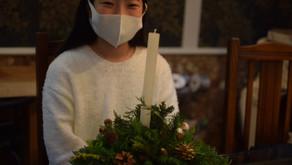 地域密着のボランティア活動「キッズフラワーレッスン」で今回もXmasアレンジに参加なさった小学6年生のあやりちゃんの作品を紹介したいと思います。あやりちゃんのお気に入りの白いキャンドルでシンプル