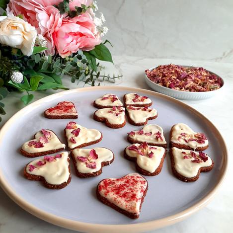 Бадемови бисквити с бял шоколад и розов цвят