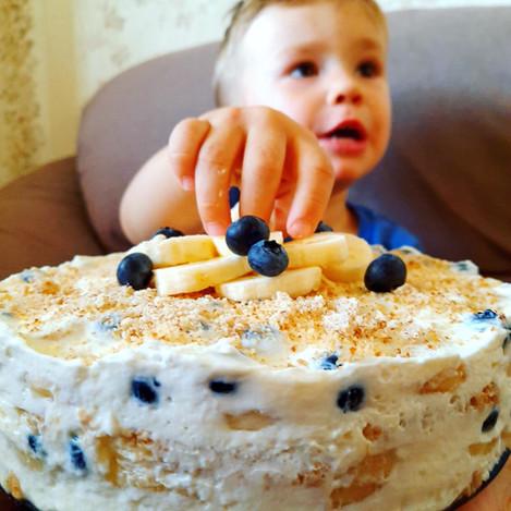 Бисквитена тортичка с банани и боровинки
