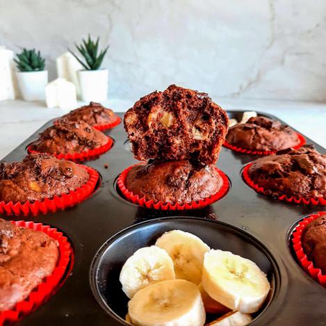 Мъфини с парченца банан и парченца шоколад