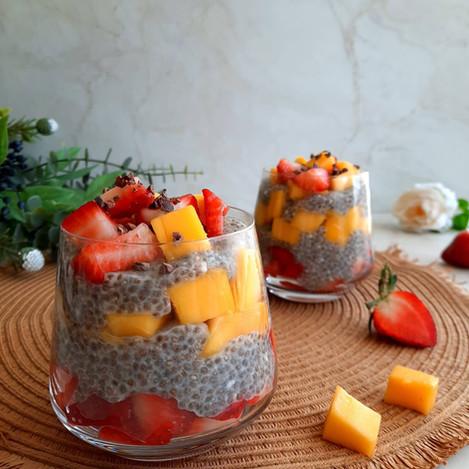 Кокосов чия пудинг с манго и ягоди
