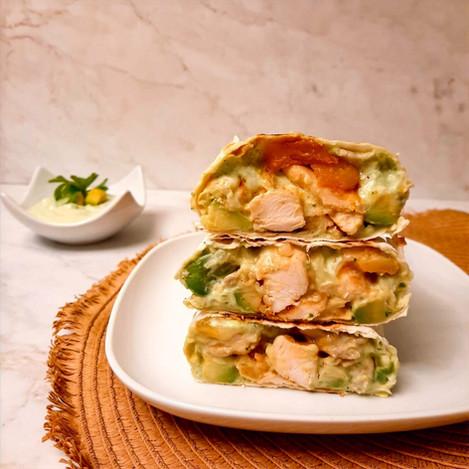 Тортила с манго, пилешко и авокадо