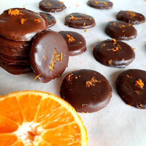 Тънки хрупкави шоколадови бисквити с портокал