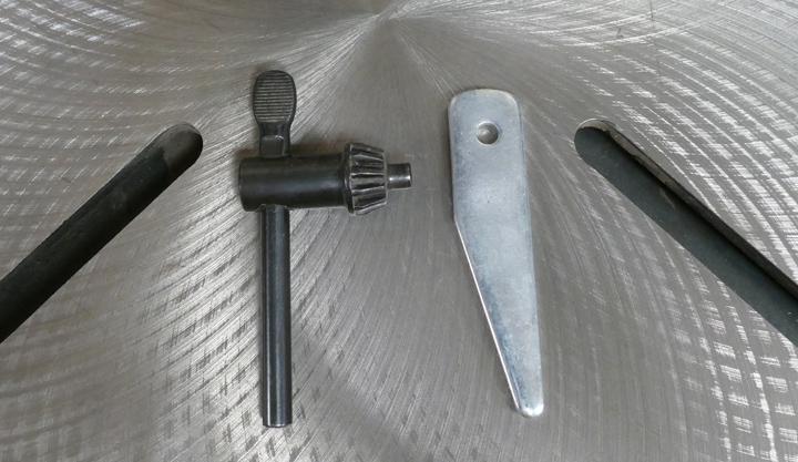 Chuck key and Chuck wedge bar