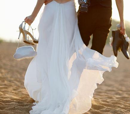 Destination wedding couple on th beach | Sunshine Vows