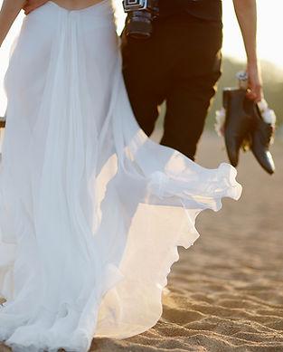 Mariée et le marié sur la plage