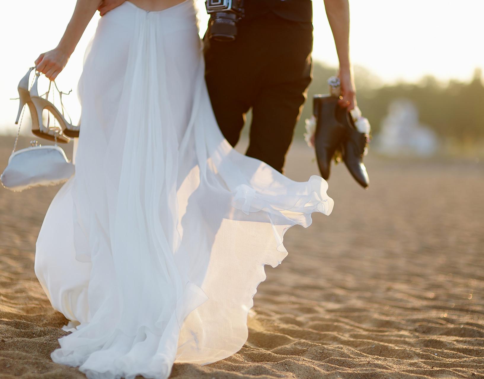 Braut und Bräutigam auf Strand