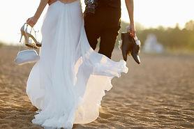 Bruden och brudgummen på stranden