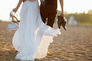 La novia y el novio en la playa
