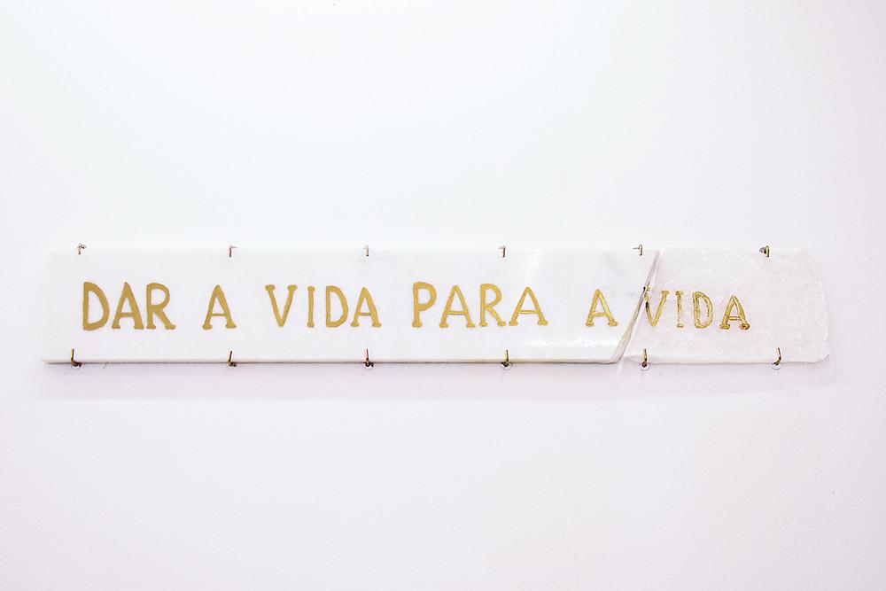 Dar a vida para a vida, 2018 – Escultura – 15 x 100cm – Ouro sobre mármore e naftalina.