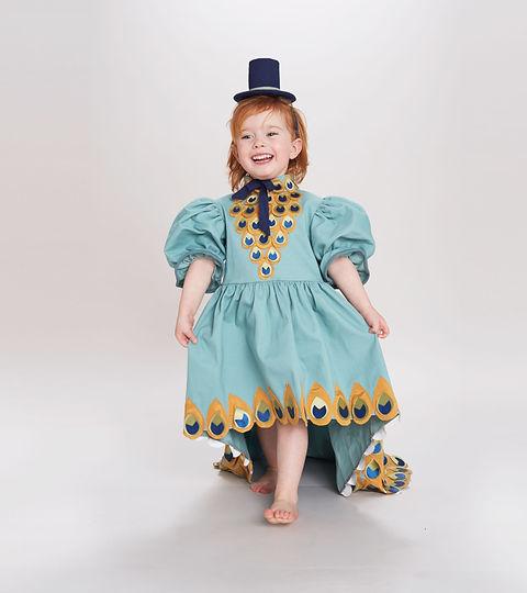 Junge Mädchen in Peacock Kostüme