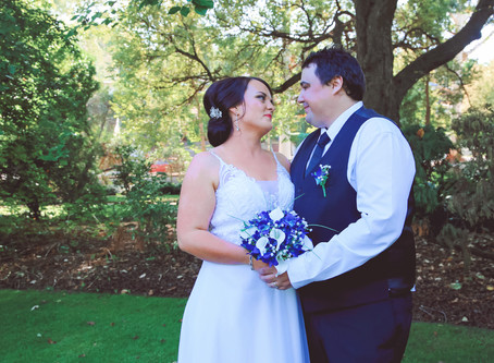 Albury Wedding Photos: Megan & Lee's Botanic Garden Wedding