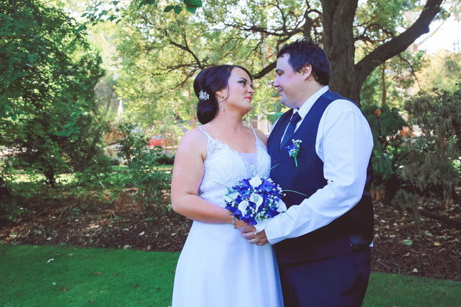 Albury Wedding Photos: Megan & Lee's Botanic Garden Wedding