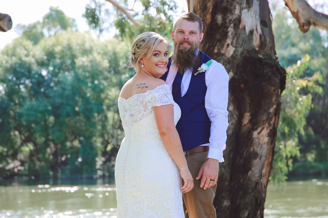 Albury wedding photos: Larissa & Trent's riverside wedding