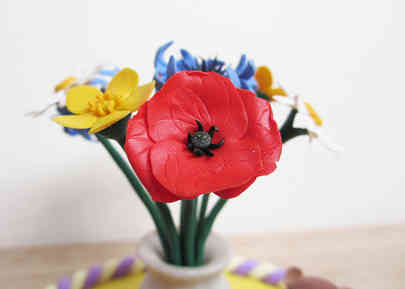 Red poppy and wildflower cake decoration