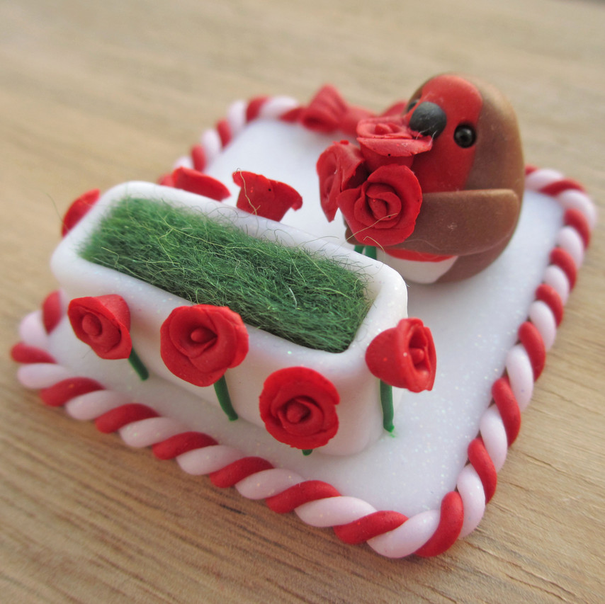 Robin keepsake engagement ring holder with red roses