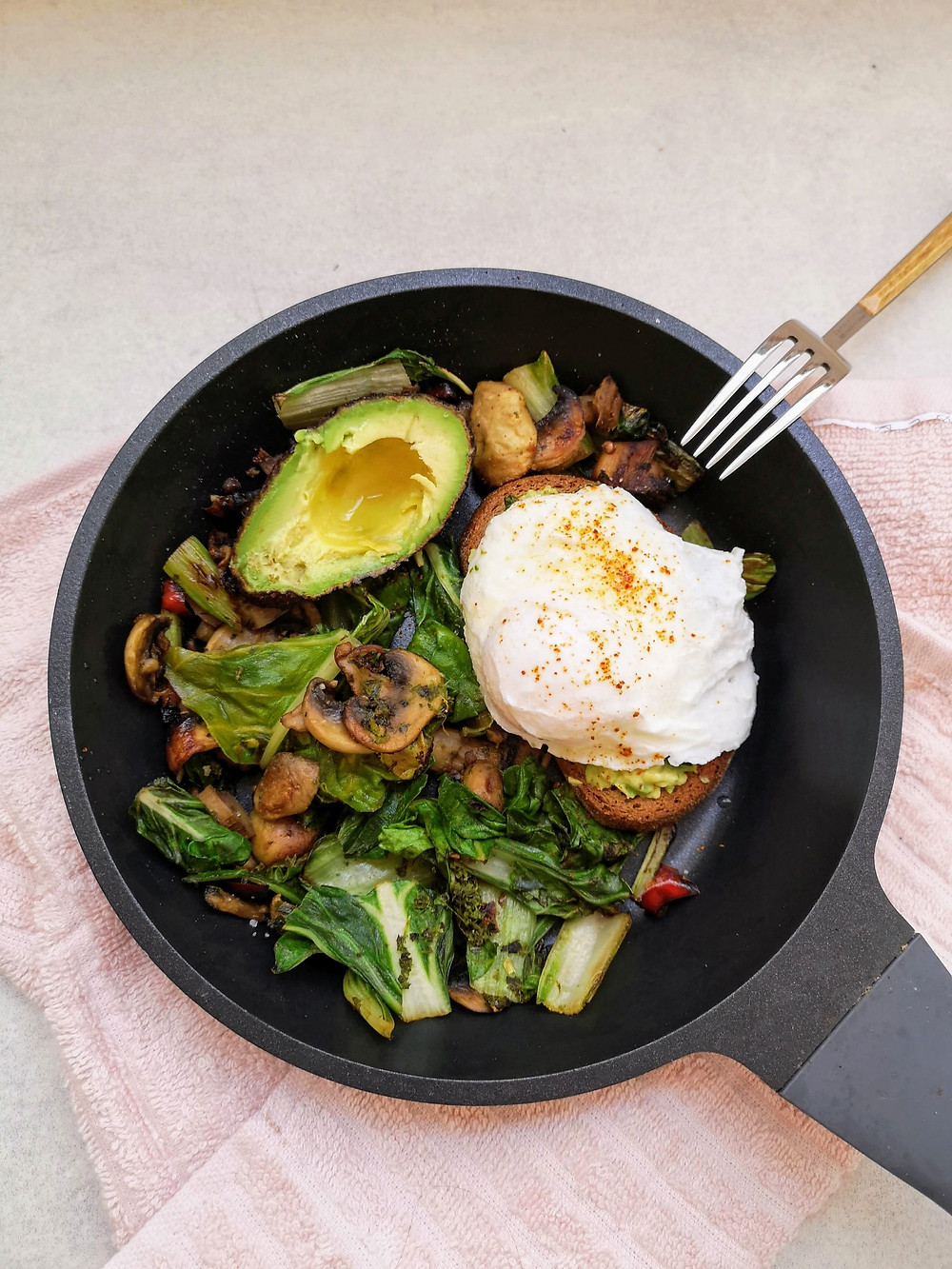 ביצה עלומה עם מנגולד, פטריות ואבוקדו