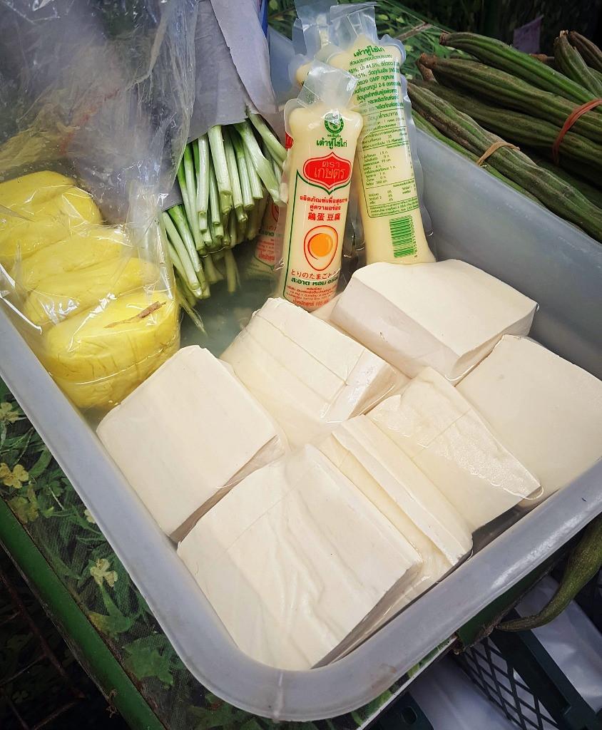 סויה רכה וסויה קשה בשוק האיכרים שבפוקט, תאילנד.