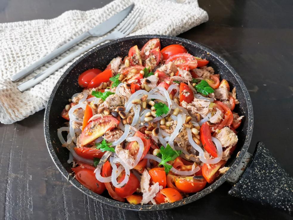 פסטה דלת קלוריות עם טונה, עגבניות שרי וצנוברים