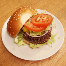 המבורגר קינואה ושעועית שחורה